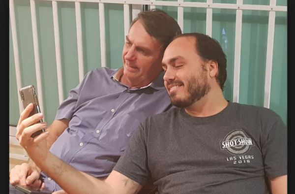 Carlos Bolsonaro acorda sem contas ativas nas redes sociais