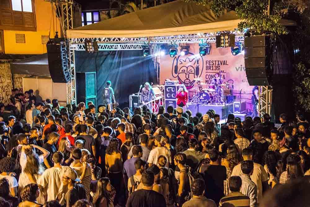 Com cultura ameaçada, Dino anuncia incentivo para artistas