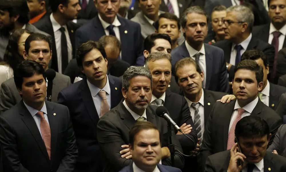 Centrão fica com Bolsonaro, mas não tem defesa em público