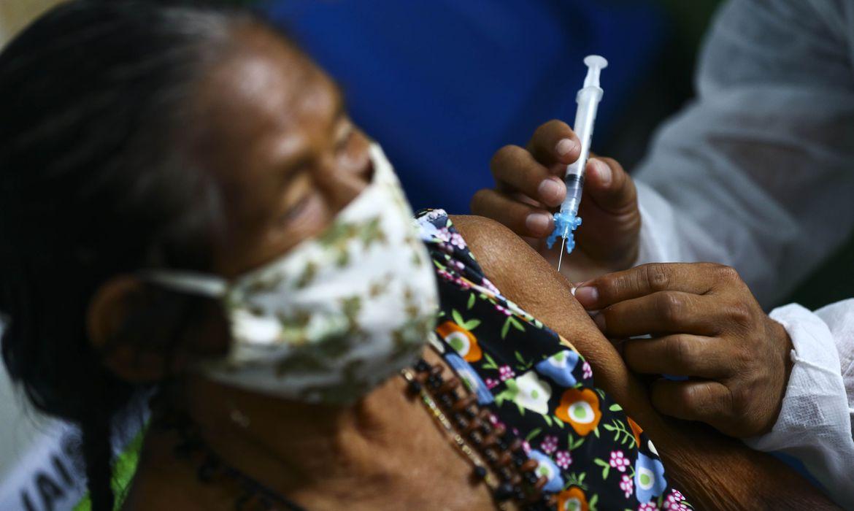 Vacinação contra covid-19 inicia em todo o Brasil